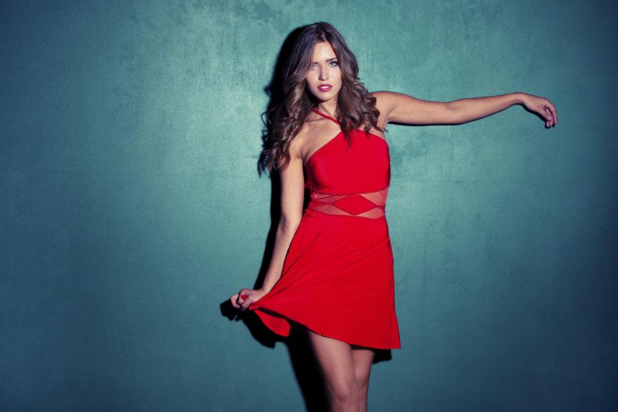mujer joven con un vestido de color rojo