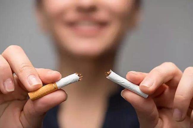 mujer dejando de fumar