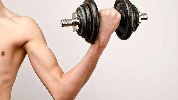 hombre flaco levantando una pesa
