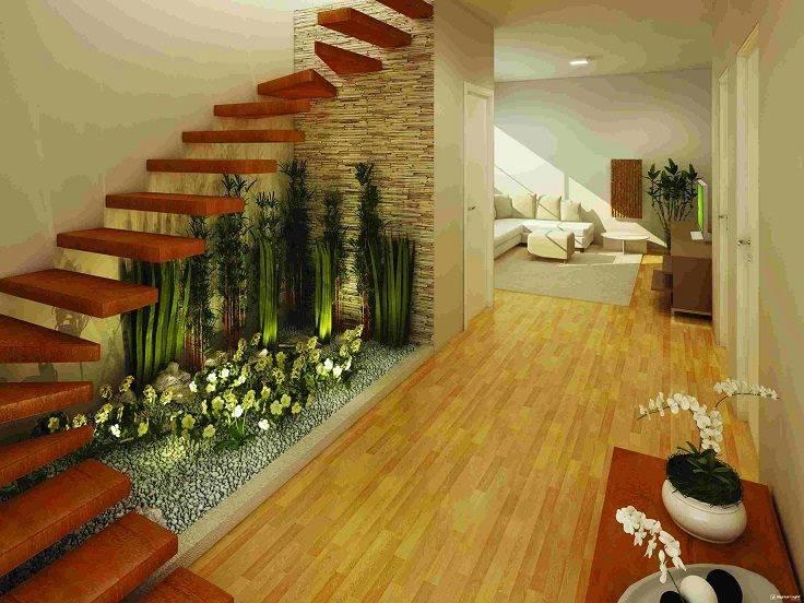 jardín colocado debajo de una escalera interior