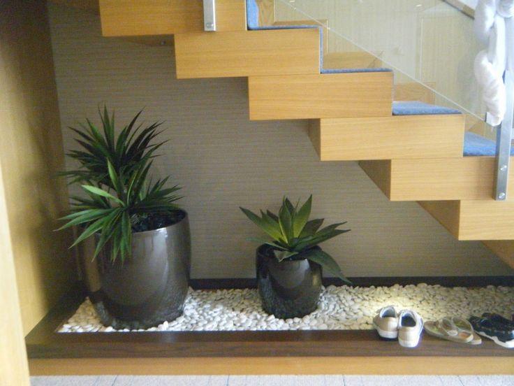 12 lindas ideas de jardines debajo de la escalera for Plantas decoradas con piedras