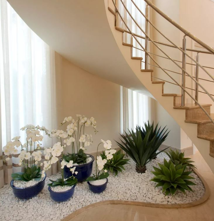 12 lindas ideas de jardines debajo de la escalera for Jardin interior decoracion
