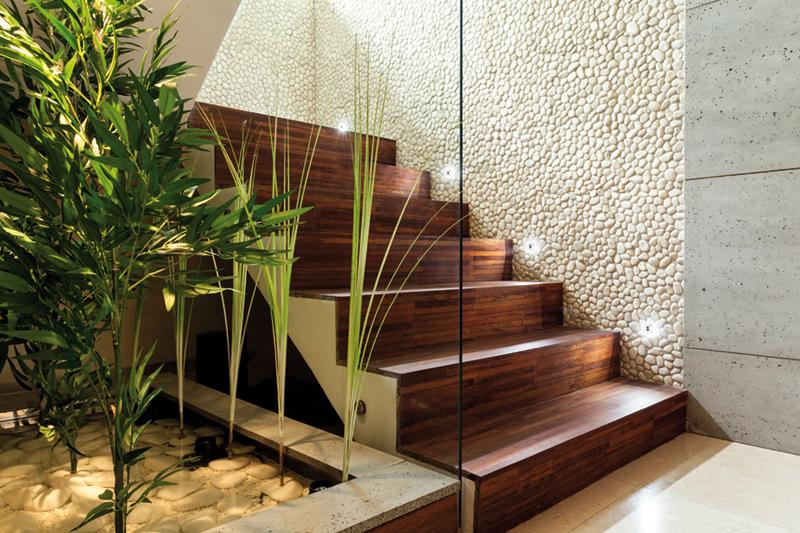 12 lindas ideas de jardines debajo de la escalera - Escaleras para interior de casa ...