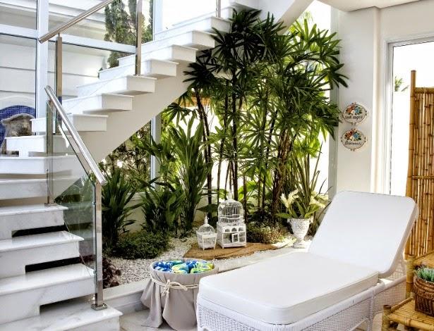 jardín natural debajo de la escalera interior de la casa