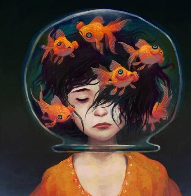 Una joven mujer con la cabeza en la pecera