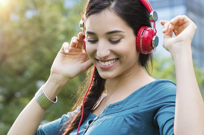 mujer escuchando música alegre