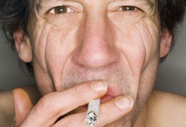 la apariencia del rostro de un fumador