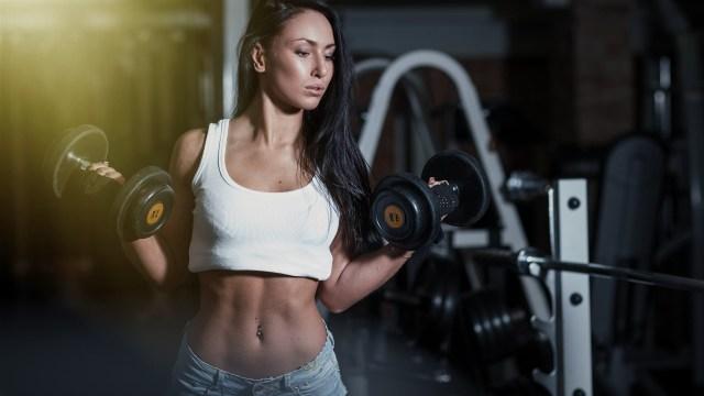 Aprende cómo realizar ejercicios con pesas para quemar grasa