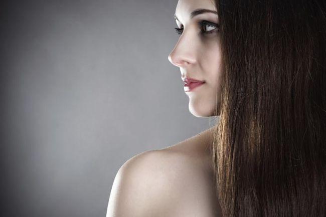 mujer con el cabello lacio