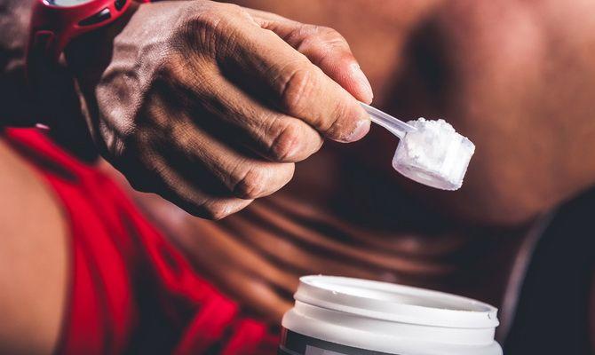 Hombre poniendo suplementos para aumentar su masa muscular