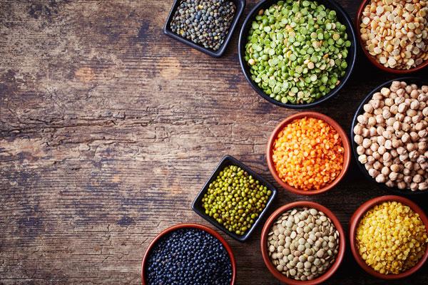 Platos llenos de legumbres