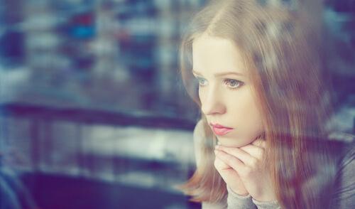 una adolescente pensativa