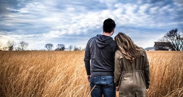 pareja mirando una casa a o lejos