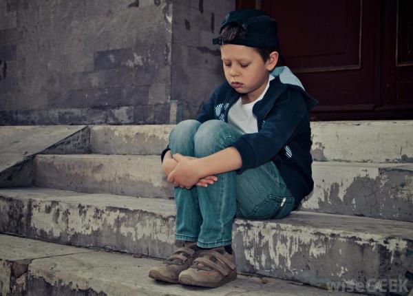 imagen de niño abandonado