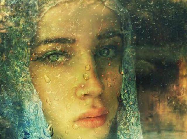 mujer triste detrás del vidrio