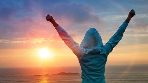 mujer celebrando el éxito