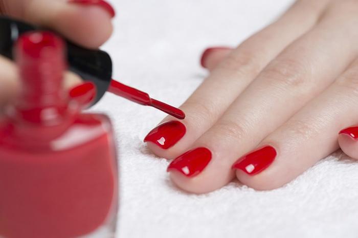 pintarse las uñas con esmalte