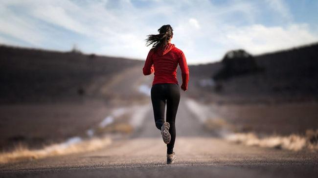 Mujer que realiza deporte para ser más inteligente