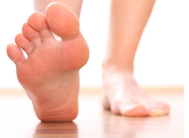 caminando descalzo con los pies sudados