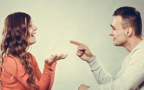 pareja discute para ver quien tiene la razon