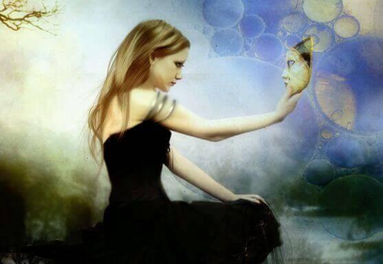 Mujer se mira en el espejo