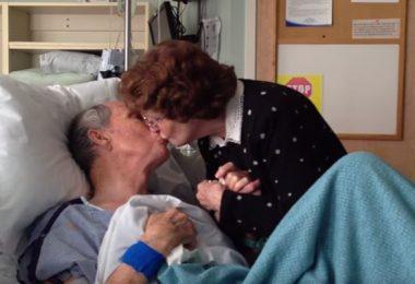 pareja de ancianos besándose
