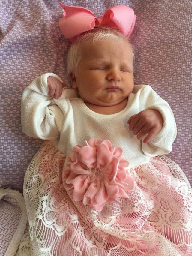 hermosa bebe con el pelo blanco