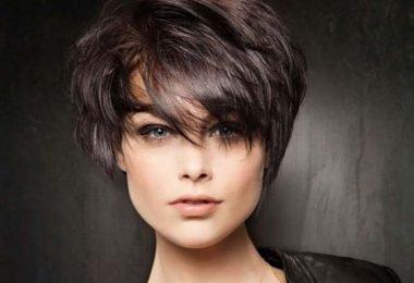 mujer que usa remedios naturales para tener un cabello más abundante