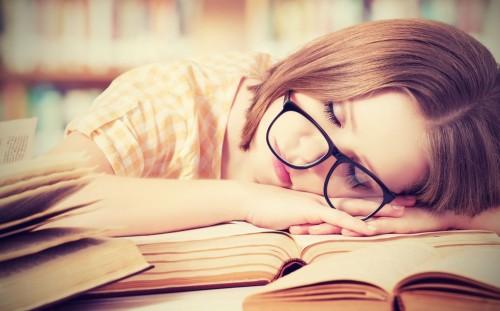 mujer que no ha podido dormir lo suficiente
