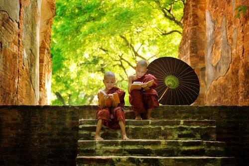 niños budistas reflexionando