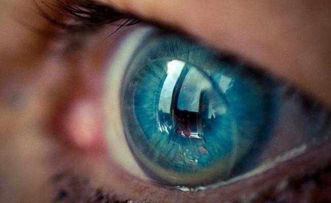 ojo con lentes de contacto