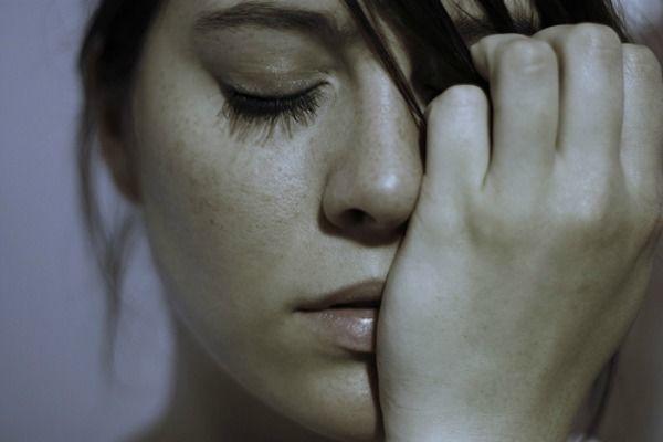 una mujer con trastornos mentales
