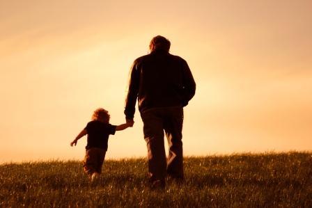 Abuelo caminando con su nieto