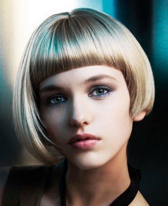 chica rubia llevando un corte de pelo de tazón