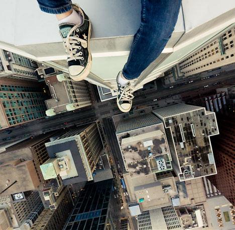 sentado sobre la terraza de un edificio de gran altura