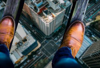 hombre parado al borde del abismo en un rascacielos
