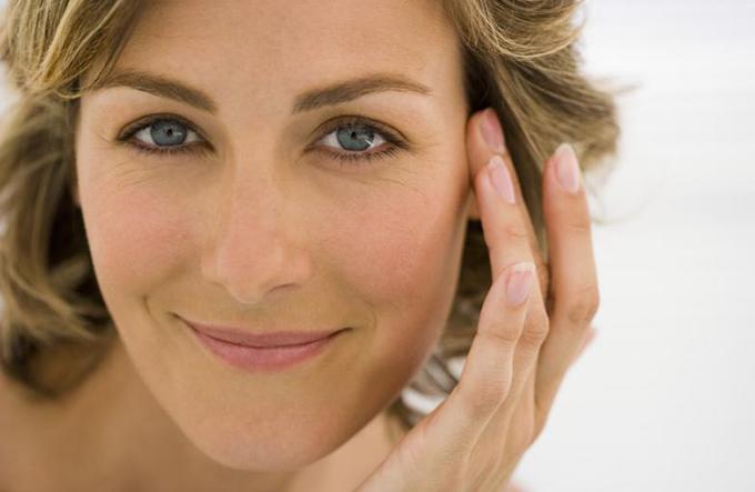 Una mujer con arrugas finas en su cara