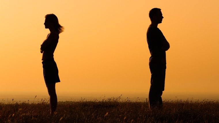 la distancia en una relación de pareja es una de las banderas rojas indudables de que algo no funciona