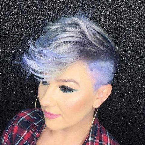 corte mohawk con el cabello pintado