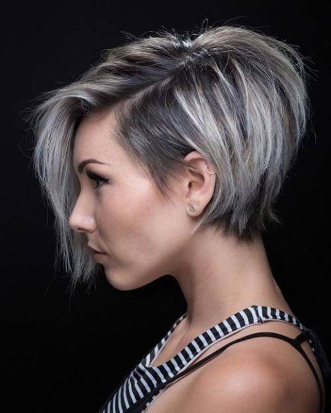 mujer que lleva corte pixi con cabello teñido