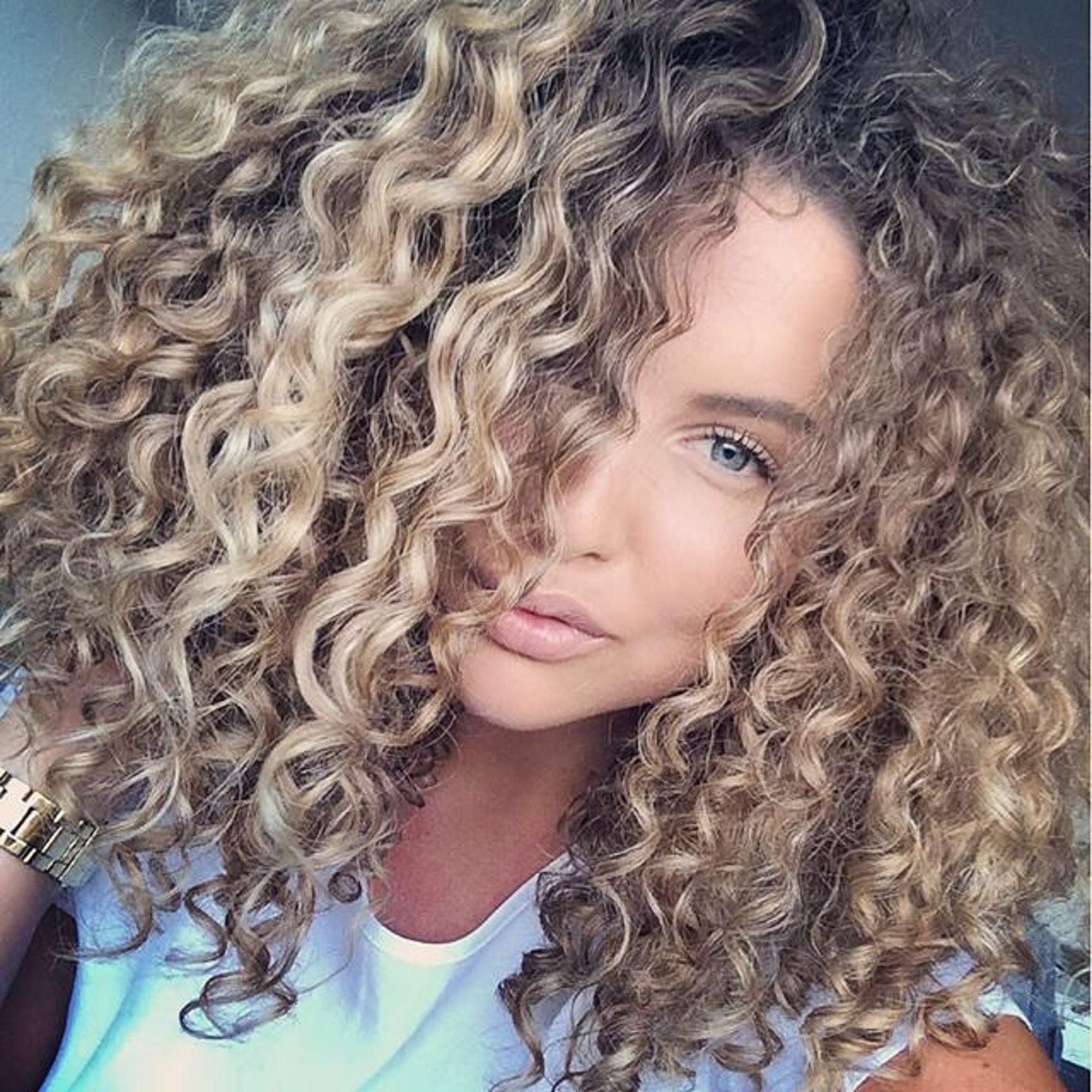 chica con el pelo rizado
