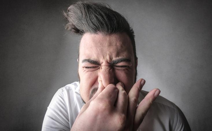garganta afectada por estornudo