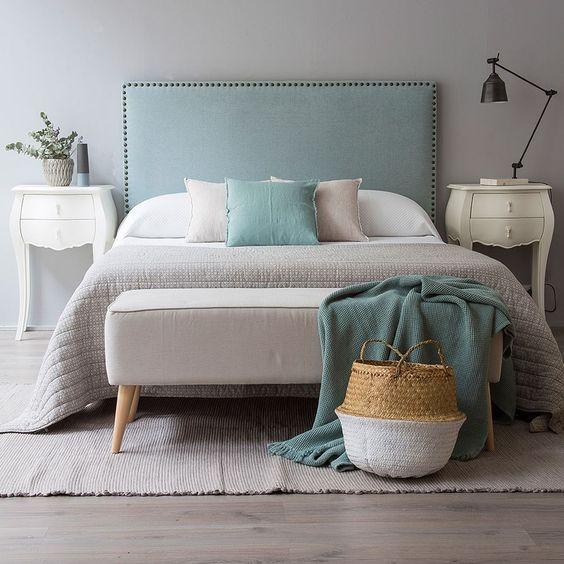 alfombra colocada debajo de la cama en la habitación principal