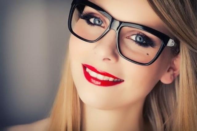 mujer con gafas que parece atractiva para los hombres