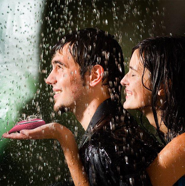 pareja dejándose mojar por la lluvia