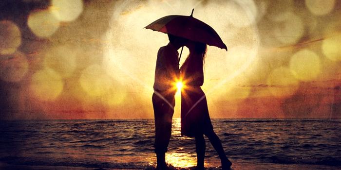 pareja besándose en la playa
