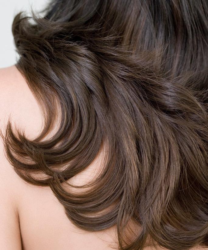 mujer con el cabello sano, con brillo y recuperado de su maltrato