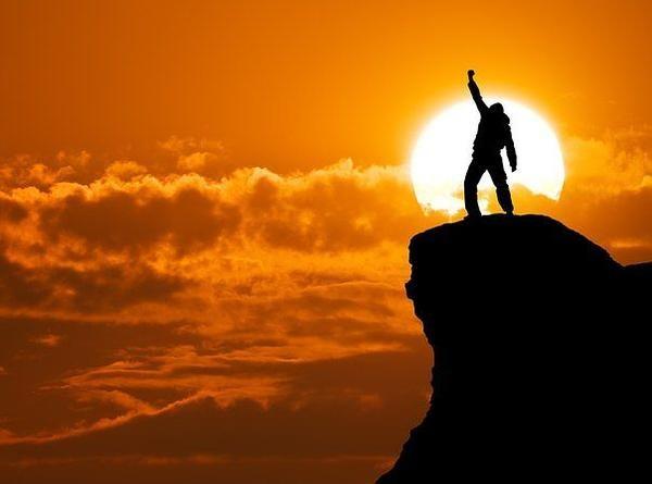 Persona confiada en si misma que llega a la cima