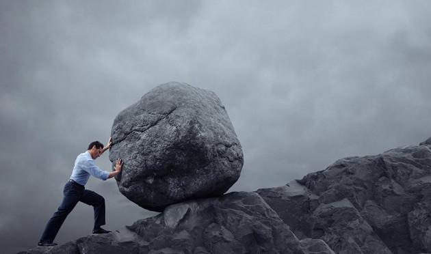Persona mentalmente fuerte que arrastra una piedra gigante