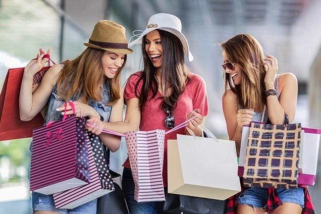 Mujeres mostrando las compras que han realizado